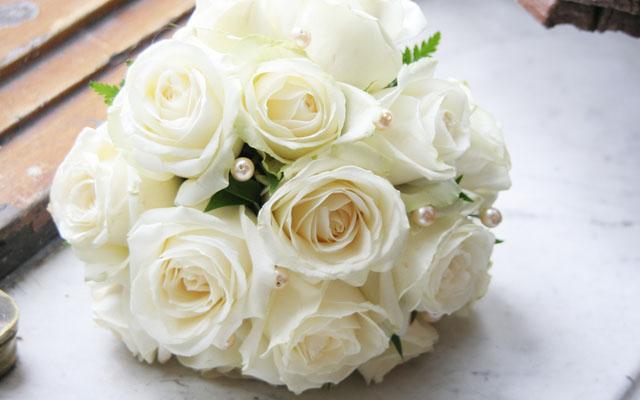 Buchete-de-mireasa-din-trandafiri-albi