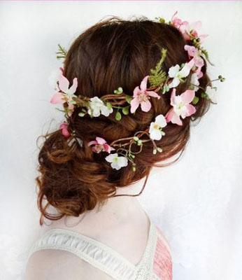 Coafura impletita cu flori pentru par lung mireasa