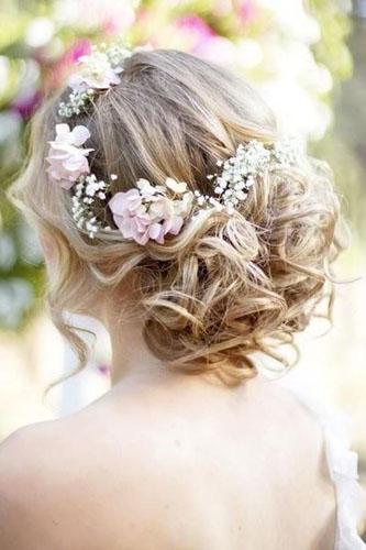 aranjare a parului cret cu flori pentru nunta