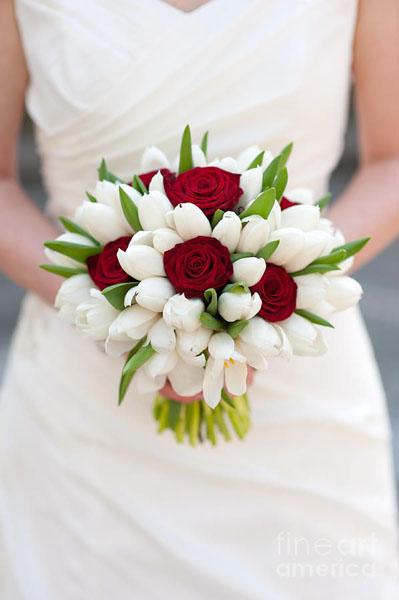 buchet de trandafiri cu lalele albe si trandafiri rosii