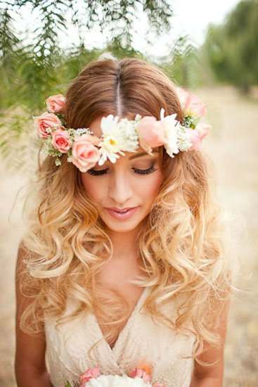 coafura mireasa cu bucle si coroana cu flori