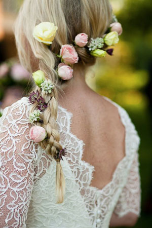 coafura mireasa cu coada cu flori