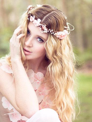 coafura mireasa cu coroana de flori