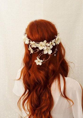 coafura mireasa roscata cu flori
