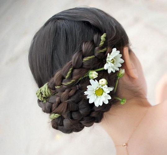 coafura par impletit cu flori pentru mirese