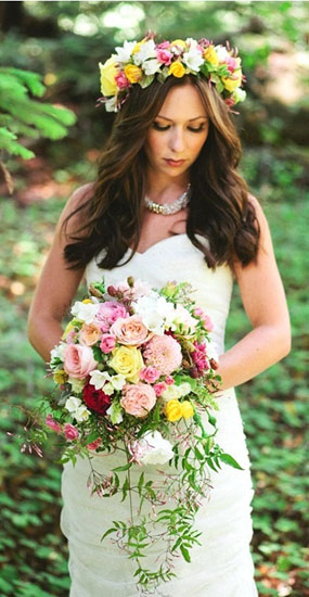 mireasa cu coroana de flori naturale colorate