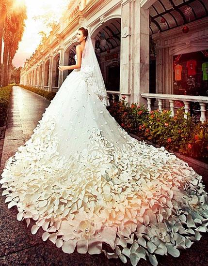 rochie de mireasa cu trena din flori