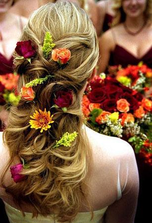 trandafiri in flori pentru mireasa cu parul lung