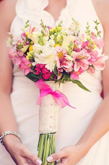 Buchet mireasa din crizanteme si flori colorate