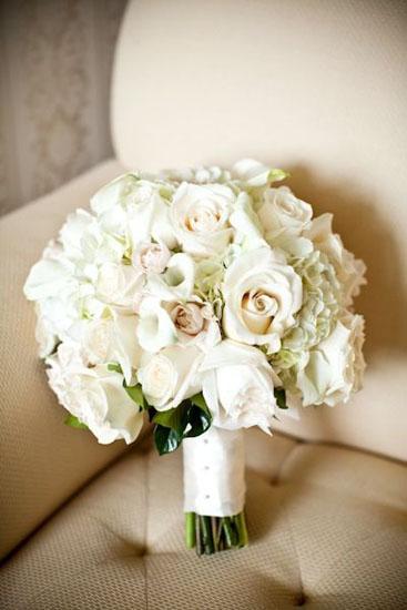 Buchete de mireasa din flori albe de trandafir