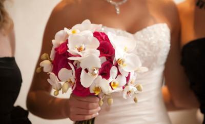 Buchete pentru mireasa din trandafiri si orhidee