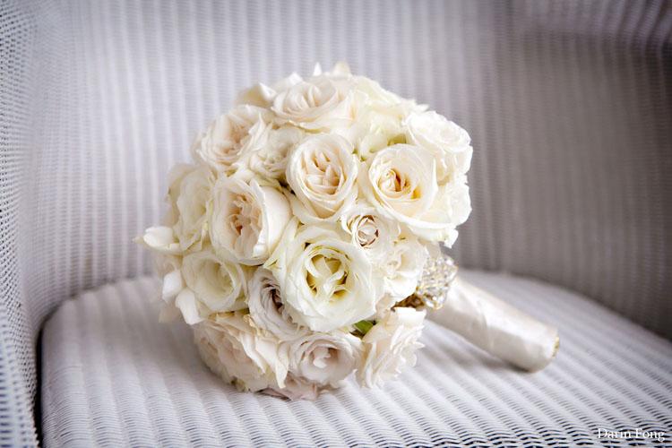 Buchetul miresei cu trandafiri albi