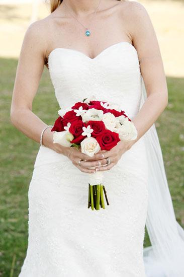 Buchetul miresei din trandafiri albi si rosii
