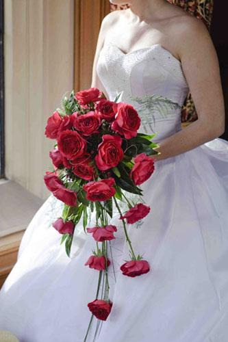 Buchetul miresei din trandafiri rosii in cascada