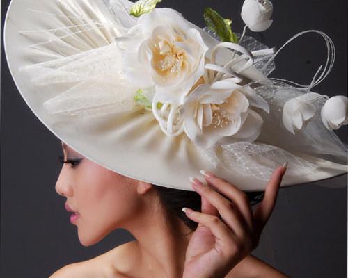 Modele de palarii albe de mireasa