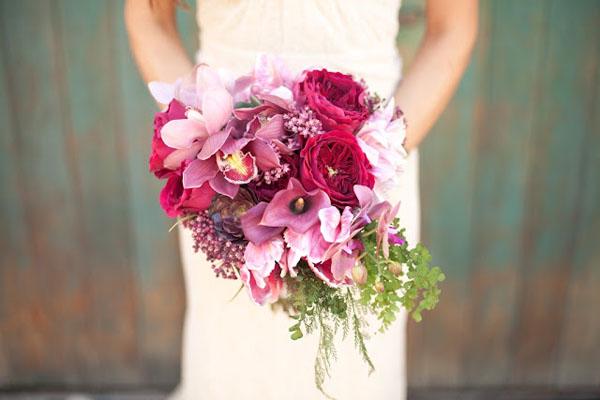 buchet colorat cu orhidee si trandafiri