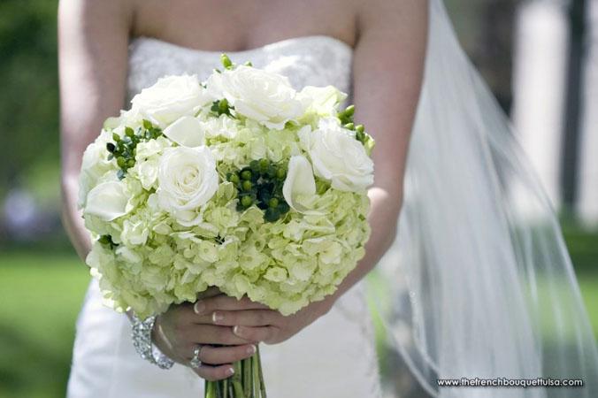 buchet cu hortensii si trandafiri albi