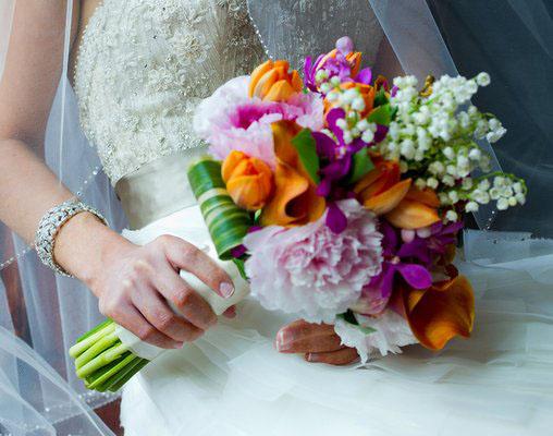 buchet mireasa lacramioare si alte flori