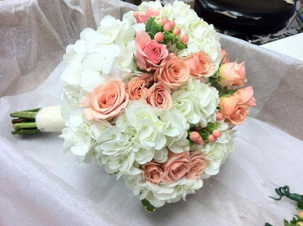buchetul miresei cu hortensii si trandafiri roz