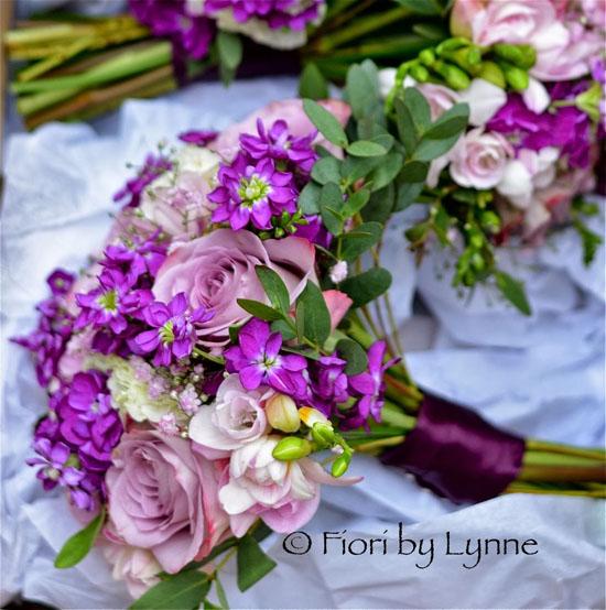 buchetul miresei din frezii si alte flori