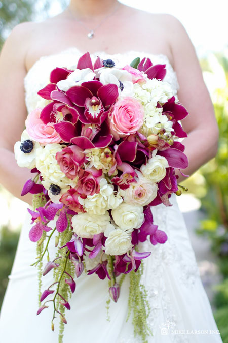 mireasa cu buchet din trandafiri si orhidee