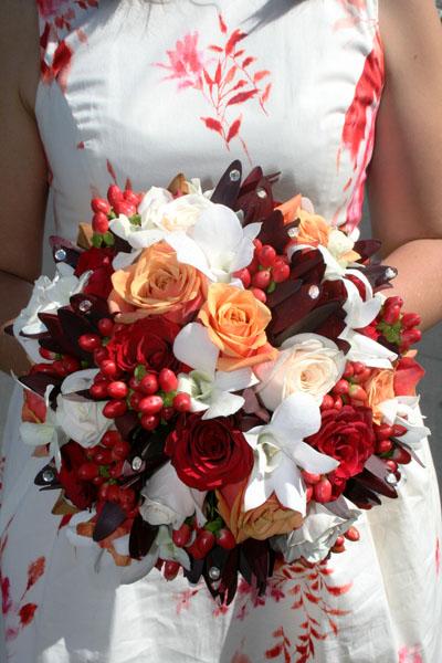 model de buchet cu trandafiri orhidee si alte flori