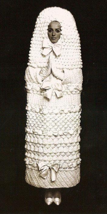 rochie de mireasa ciudata facuta de Yves Saint Laurent