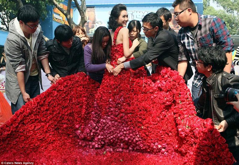 rochie de mireasa din trandafiri rosii