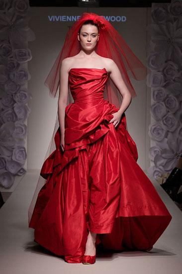 rochie de mireasa rosie Vivienne Westwood
