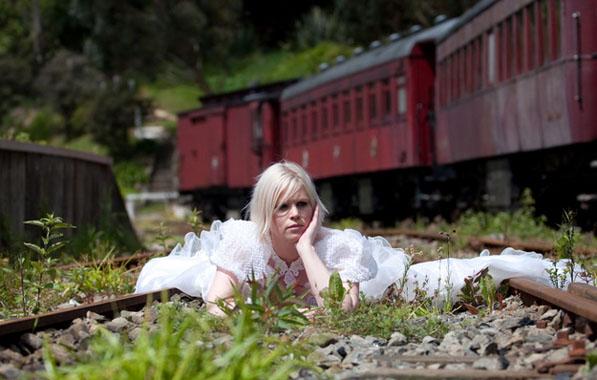 sedinta foto trash the dress pe calea ferata