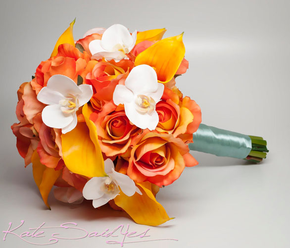 trandafiri portocalii si orhidee alba