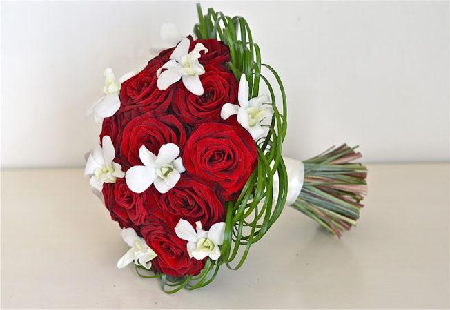 trandafiri-rosii-si-orhidee-alba