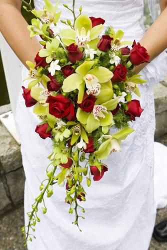 Buchet mireasa curgator din orhidee si trandafiri