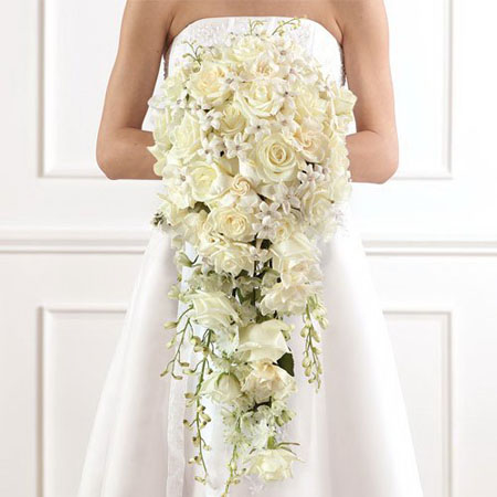Buchet mireasa flori curgatoare din trandafiri albi