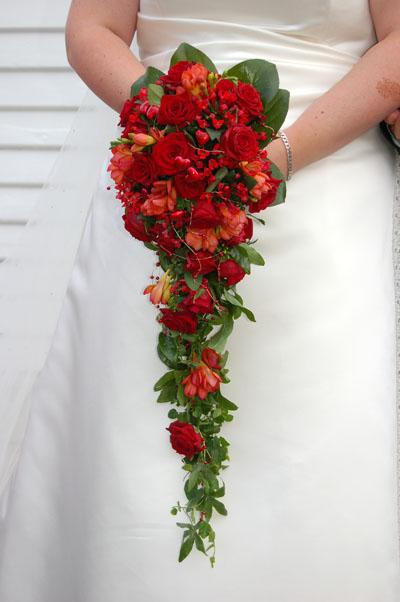 Buchete de mireasa curgatoare din trandafiri