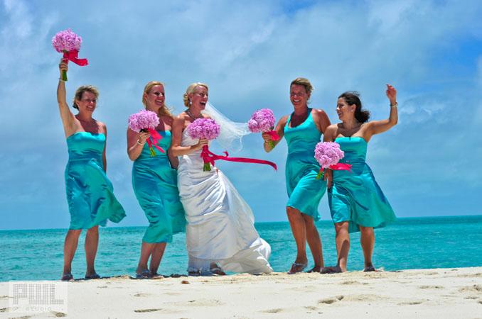 Rochii albastre pentru domnisoarele de onoare pentru nuntile pe plaja