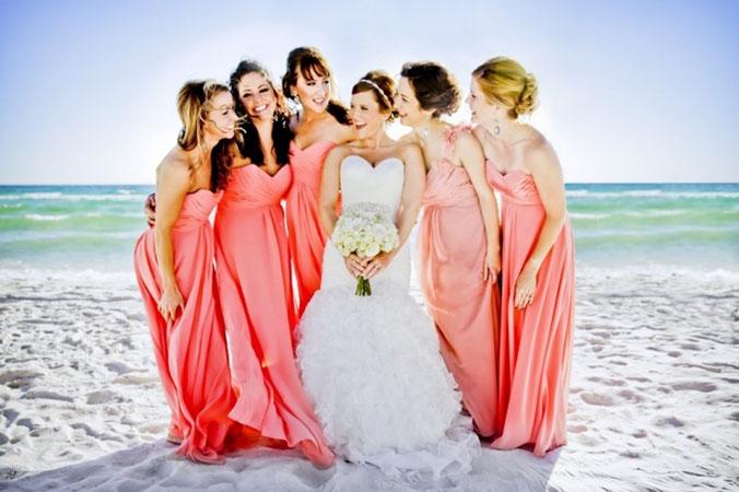 Rochii rosii pentru domnisoarele de onoare pentru nunta pe plaja