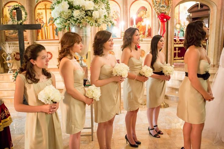 domnisoare de onoare imbracate in rochii aurii