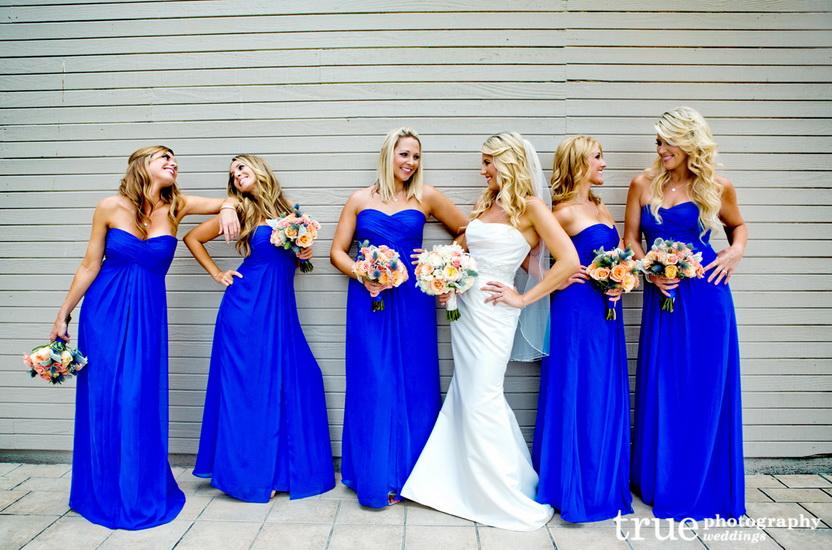 mireasa cu domnisoare de onoare in rochii albastre