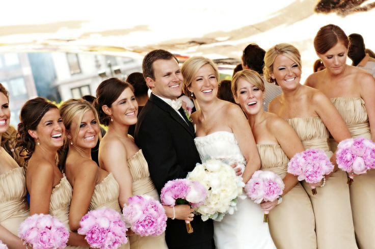 nunta cu domnisoare de onoare in rochii aurii