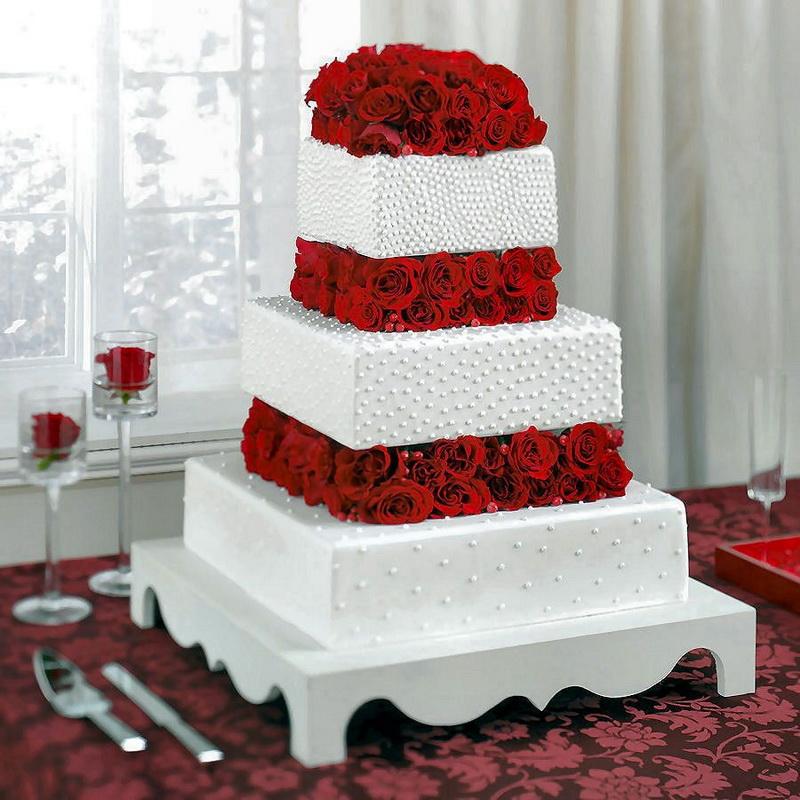 tort de nunta alb cu trandafiri rosii