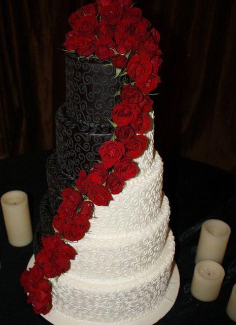 tort negru si alb cu flori rosii