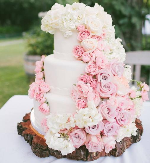 tort cu flori roz