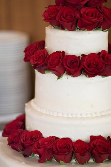 tort cu trandafiri rosii naturali
