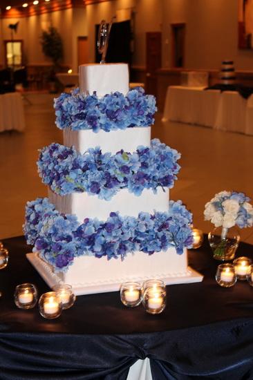 tort de nunta cu flori albastre