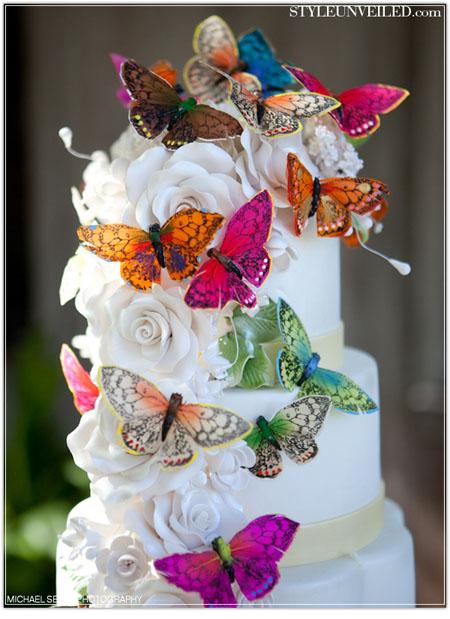tort de nunta cu fluturi colorati