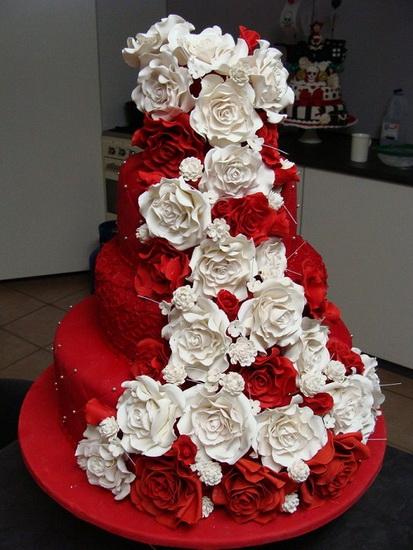 tort de nunta frumos cu trandafiri