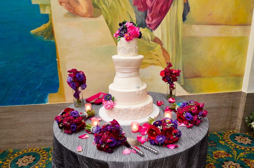 tort de nunta simplu cu flori