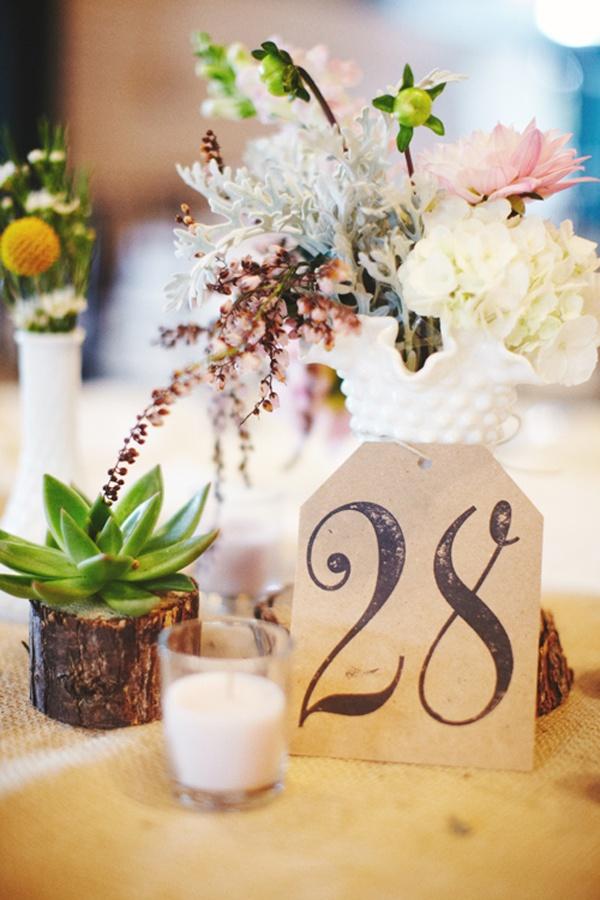 Tăblițe mici așezate pe mesele invitaților care să indice locul fiecăruia