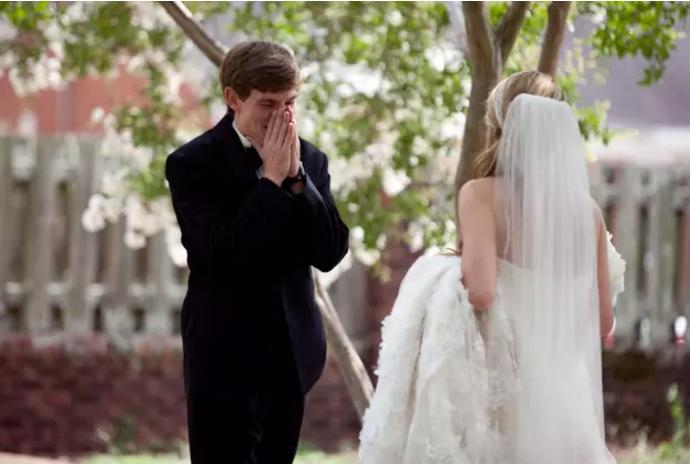 Cele mai emoționante reacții ale mirilor când și-au văzut miresele 12
